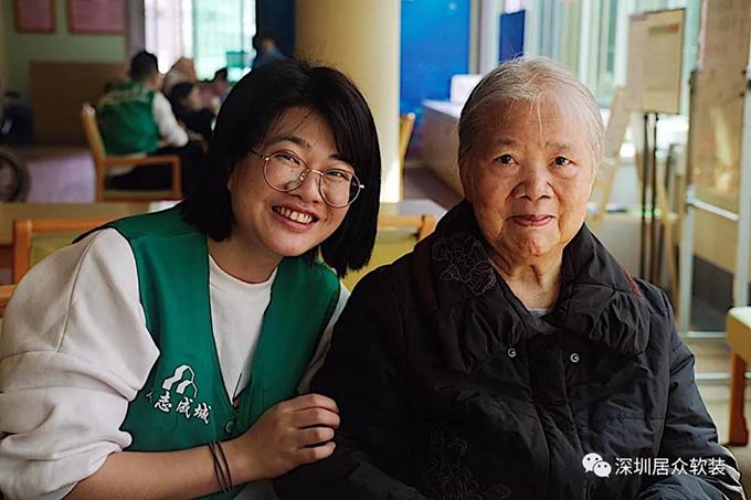 志愿者和老人在一起.jpg